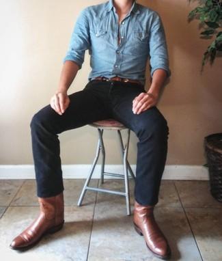 Comment porter: chemise à manches longues en chambray bleu clair, jean noir, bottes western en cuir marron, ceinture en cuir marron