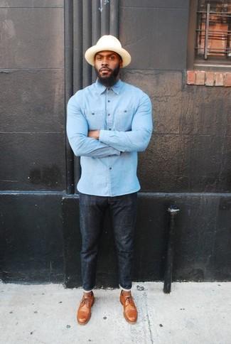 Comment porter: chemise à manches longues en chambray bleu clair, jean skinny noir, chaussures derby en cuir marron clair, chapeau beige