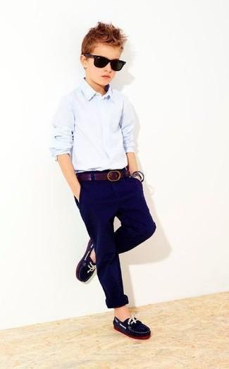 Comment porter: chemise à manches longues bleu clair, pantalon bleu marine, slippers bleu marine