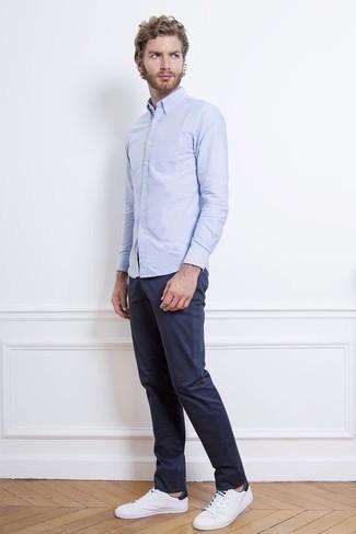 Comment porter une chemise à manches longues bleu clair: Associe une chemise à manches longues bleu clair avec un pantalon chino bleu marine pour affronter sans effort les défis que la journée te réserve. D'une humeur audacieuse? Complète ta tenue avec une paire de des baskets basses en toile blanc et bleu marine.