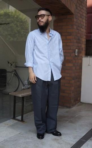 Comment s'habiller pour un style chic decontractés: Pense à harmoniser une chemise à manches longues à rayures verticales bleu clair avec un pantalon chino gris foncé pour un déjeuner le dimanche entre amis. Une paire de slippers en cuir noirs ajoutera de l'élégance à un look simple.