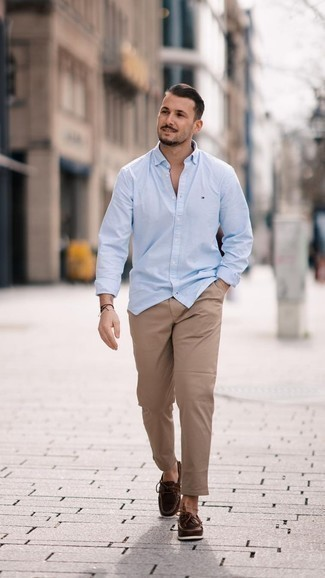 Comment porter des chaussures bateau en cuir marron foncé en été: Essaie d'associer une chemise à manches longues bleu clair avec un pantalon chino marron clair pour une tenue idéale le week-end. Une paire de des chaussures bateau en cuir marron foncé est une option parfait pour complèter cette tenue. Ce look est un bel exemple de la tenue bien estivale.