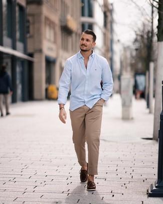 Comment porter: chemise à manches longues bleu clair, pantalon chino marron clair, mocassins en cuir marron foncé