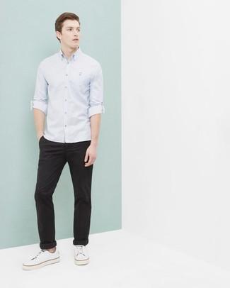 Comment porter: chemise à manches longues bleu clair, pantalon chino noir, baskets basses en toile blanches