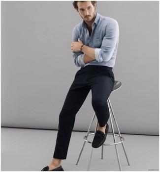 Comment porter une chemise à manches longues bleu clair: Associe une chemise à manches longues bleu clair avec un pantalon chino noir pour affronter sans effort les défis que la journée te réserve. Une paire de des mocassins en daim noirs est une option parfait pour complèter cette tenue.