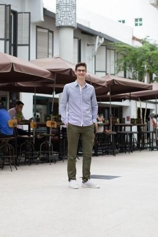 Comment porter une chemise à manches longues avec un pantalon chino: Essaie d'harmoniser une chemise à manches longues avec un pantalon chino pour une tenue idéale le week-end. D'une humeur audacieuse? Complète ta tenue avec une paire de des baskets basses en toile blanc et bleu marine.