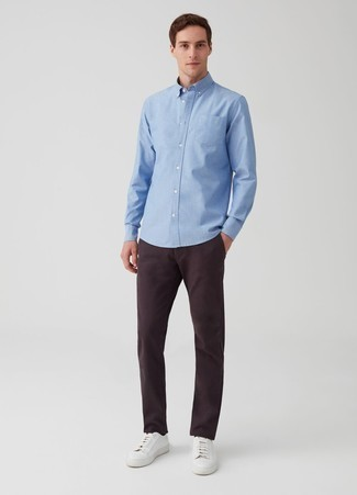 Comment porter une chemise à manches longues bleu clair: Pense à marier une chemise à manches longues bleu clair avec un pantalon chino pourpre foncé pour un look de tous les jours facile à porter. Jouez la carte décontractée pour les chaussures et opte pour une paire de des baskets basses en cuir blanches.
