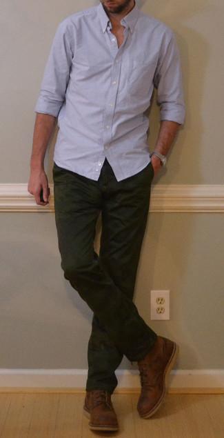 Comment porter une montre argentée: Choisis une chemise à manches longues bleu clair et une montre argentée pour un look idéal le week-end. Fais d'une paire de des bottes de loisirs en cuir marron ton choix de souliers pour afficher ton expertise vestimentaire.