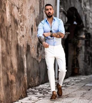 Comment porter: chemise à manches longues bleu clair, pantalon de costume blanc, slippers en cuir marron, lunettes de soleil noires