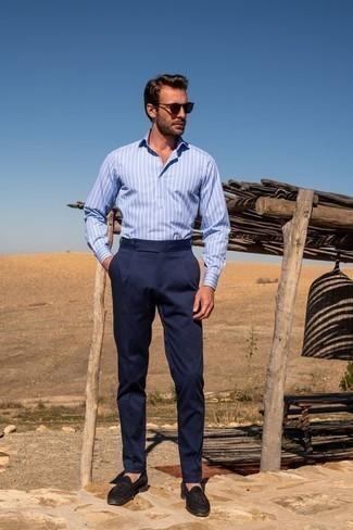 Comment porter une chemise à manches longues bleu clair: Marie une chemise à manches longues bleu clair avec un pantalon de costume bleu marine pour dégager classe et sophistication. Assortis ce look avec une paire de des mocassins à pampilles en daim marron foncé.
