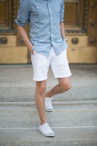 Comment porter: chemise à manches longues en chambray bleu clair, short blanc, baskets basses en toile blanches, chaussettes invisibles