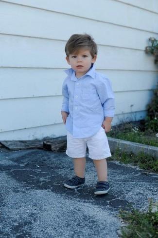 Comment porter: chemise à manches longues bleu clair, short blanc, baskets bleu marine