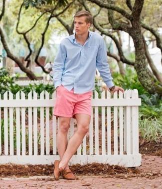 Comment porter: chemise à manches longues bleu clair, short rose, mocassins en cuir marron clair, montre en cuir marron