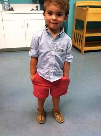 Comment porter: chemise à manches longues bleu clair, short rouge, chaussures bateau marron clair
