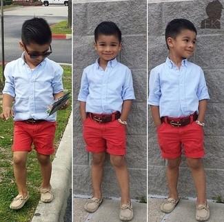 Comment porter: chemise à manches longues bleu clair, short rouge, slippers beiges
