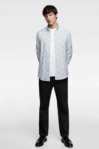 Comment porter: chemise à manches longues à fleurs bleu clair, t-shirt à col rond blanc, pantalon chino noir, chaussures derby en cuir noires