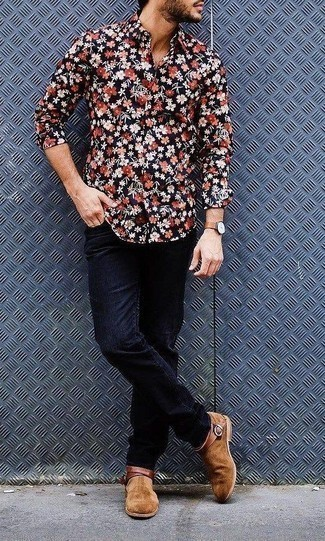Comment porter des bottines chelsea en daim marron clair: Pense à associer une chemise à manches longues à fleurs bleu marine avec un jean bleu marine pour une tenue confortable aussi composée avec goût. Assortis cette tenue avec une paire de des bottines chelsea en daim marron clair pour afficher ton expertise vestimentaire.