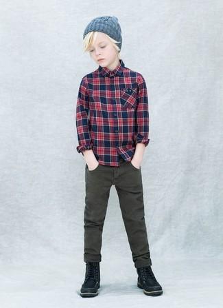 Comment porter: chemise à manches longues écossaise bleu marine, jean olive, bottes noires, bonnet gris