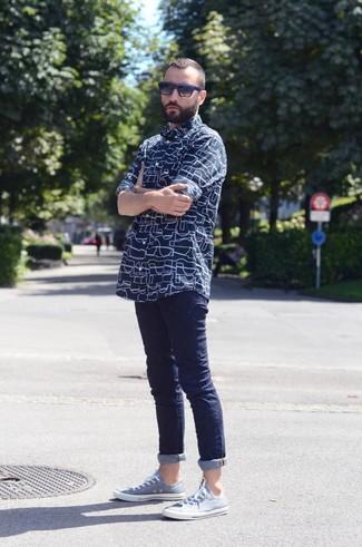 Comment porter: chemise à manches longues imprimée bleu marine, jean skinny bleu marine, baskets basses bleu clair, lunettes de soleil noir et bleu