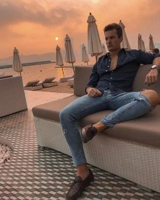 Comment s'habiller pour un style relax: Choisis une chemise à manches longues bleu marine et un jean skinny déchiré bleu pour un look idéal le week-end. Jouez la carte classique pour les chaussures et choisis une paire de mocassins en cuir marron foncé.