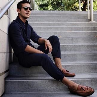 Comment porter: chemise à manches longues bleu marine, pantalon chino bleu marine, mocassins à pampilles en cuir marron, lunettes de soleil noires