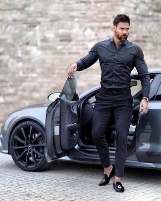 Comment porter une montre en cuir bleu marine: Pour une tenue aussi confortable que ton canapé, porte une chemise à manches longues bleu marine et une montre en cuir bleu marine. Opte pour une paire de des slippers en velours brodés noirs pour afficher ton expertise vestimentaire.