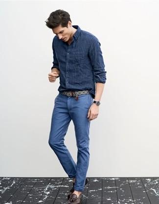 Comment porter: chemise à manches longues à rayures verticales bleu marine, pantalon chino bleu, mocassins à pampilles en cuir marron foncé, ceinture en toile grise