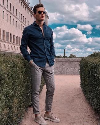 Comment porter: chemise à manches longues bleu marine, pantalon chino écossais gris, baskets basses en daim grises, lunettes de soleil bleu marine