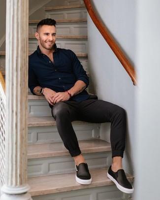 Comment porter: chemise à manches longues bleu marine, pantalon chino noir, baskets à enfiler en cuir noires, montre en cuir noire