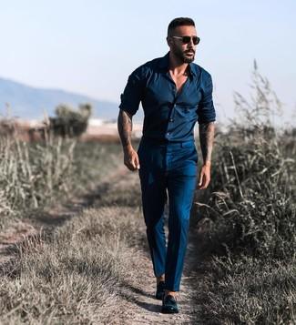 Comment porter: chemise à manches longues bleu marine, pantalon de costume bleu marine, mocassins à pampilles en cuir noirs, lunettes de soleil noires