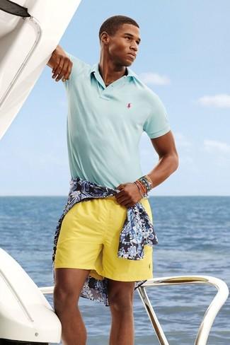 Comment porter: chemise à manches longues à fleurs bleu marine, polo bleu clair, short jaune, bracelet multicolore