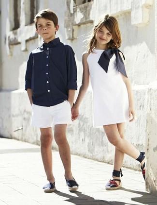 Comment porter: chemise à manches longues bleu marine, short blanc, baskets bleu marine