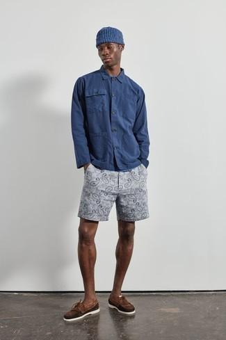 Tendances mode hommes: Associe une chemise à manches longues bleu marine avec un short imprimé gris pour obtenir un look relax mais stylé. Une paire de chaussures bateau en daim marron est une option parfait pour complèter cette tenue.