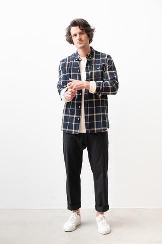 Comment porter un t-shirt à manche longue et col boutonné: Pour une tenue de tous les jours pleine de caractère et de personnalité porte un t-shirt à manche longue et col boutonné et un pantalon chino noir. Cette tenue se complète parfaitement avec une paire de des baskets basses en cuir blanches.