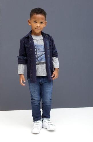 Comment porter: chemise à manches longues en denim bleu marine, t-shirt à manche longue imprimé gris, jean bleu, baskets blanches