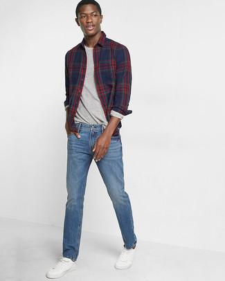 Comment porter: chemise à manches longues écossaise bleu marine, t-shirt à manche longue gris, jean bleu, baskets basses en cuir blanches