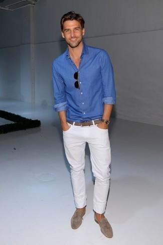 Comment porter: chemise à manches longues bleue, jean blanc, slippers en daim gris, chaussettes invisibles