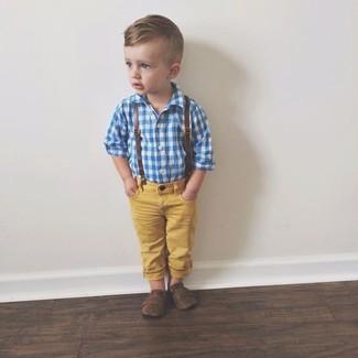 Comment porter: chemise à manches longues bleue, jean jaune, slippers marron foncé