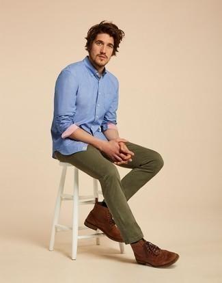 Comment porter des chaussures brogues en cuir marron: Essaie de marier une chemise à manches longues bleue avec un jean olive pour une tenue confortable aussi composée avec goût. Choisis une paire de des chaussures brogues en cuir marron pour afficher ton expertise vestimentaire.