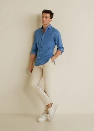 Comment s'habiller pour un style decontractés: Opte pour une chemise à manches longues bleue avec un pantalon chino beige pour affronter sans effort les défis que la journée te réserve. Mélange les styles en portant une paire de baskets basses en toile blanches.