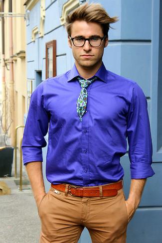 376652b73b623 Tenue: Chemise à manches longues bleue, Pantalon chino marron clair,  Cravate à fleurs blanche, Ceinture en cuir tabac   Mode hommes   Lookastic  France