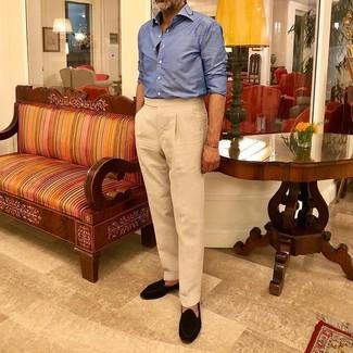 Comment porter: chemise à manches longues bleue, pantalon de costume beige, mocassins à pampilles en daim noirs