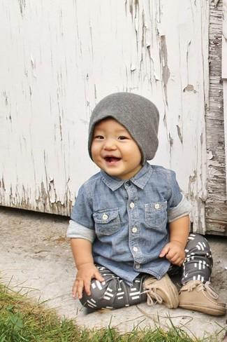 Comment porter: chemise à manches longues en denim bleue, pantalon de jogging gris, bottes marron clair, bonnet gris