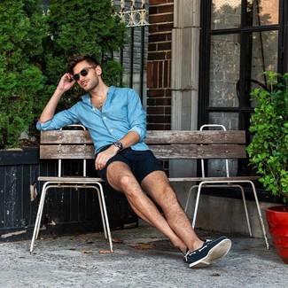 Comment porter: chemise à manches longues en chambray bleue, short bleu marine, chaussures bateau en toile bleu marine, montre en cuir bleu marine
