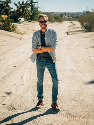 Comment porter: chemise à manches longues à rayures verticales bleue, t-shirt à col boutonné gris foncé, jean bleu, bottes de loisirs en cuir marron