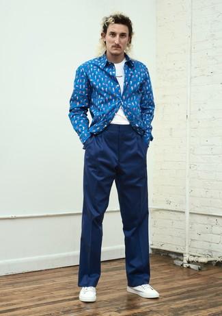 Comment porter: chemise à manches longues imprimée bleue, t-shirt à col rond imprimé blanc et noir, pantalon de costume bleu marine, baskets basses blanches