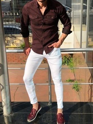 Comment porter des mocassins à pampilles en cuir bordeaux: Marie une chemise à manches longues bordeaux avec un jean skinny blanc pour une tenue idéale le week-end. Une paire de des mocassins à pampilles en cuir bordeaux rendra élégant même le plus décontracté des looks.