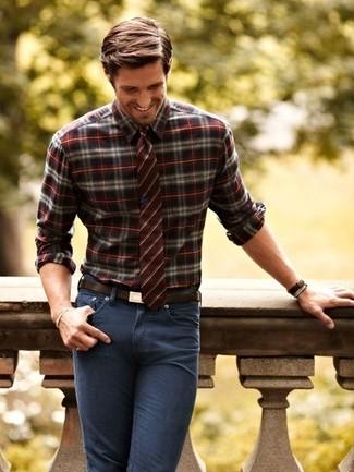 Comment porter: chemise à manches longues écossaise bordeaux, jean skinny gris foncé, cravate à rayures verticales bordeaux, ceinture en cuir marron foncé