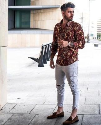 Comment porter: chemise à manches longues à fleurs bordeaux, jean skinny déchiré gris, mocassins à pampilles en daim marron foncé, bracelet argenté