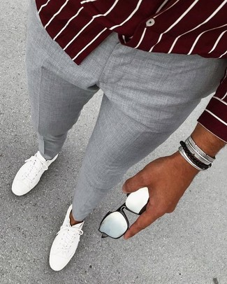 Comment porter: chemise à manches longues à rayures verticales bordeaux, pantalon de costume gris, baskets basses en cuir blanches, bracelet argenté